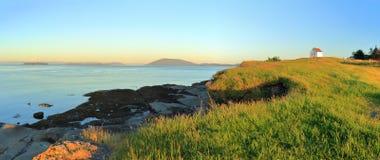 警告号角驻地和罗萨里奥海峡的光在东部点在Saturna海岛,Guld海岛国立公园,不列颠哥伦比亚省上 免版税库存图片
