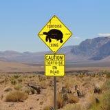 警告在路的乌龟的在红色岩石峡谷 库存图片