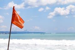 警告旗子游泳在巴厘岛/印度尼西亚禁止了在海滩的立场 库存照片
