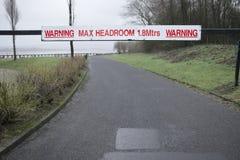 警告最大净空高度签署高车安全的路  免版税库存照片
