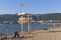 说警告的救生员塔和许多警报信号!没有游泳!致命伤的危险在海滩的 库存图片