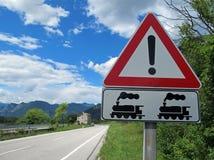 警告跟踪铁路的符号 免版税库存图片