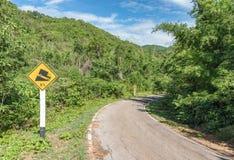 警告陡峭的路标、倾斜和卡车 免版税图库摄影