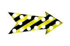 警告黄色和黑条纹被绘在与电灯泡的葡萄酒明亮和五颜六色的被阐明的金属显示箭头标志 库存照片