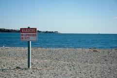警告,没有救生员当班符号在海滩 库存图片