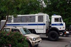 警察交换囚犯运输车 免版税库存图片