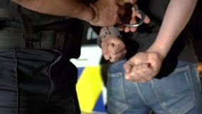 警察从被拘捕的人去除手铐 股票视频