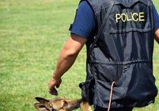 警察供以人员与他的狗 免版税库存图片