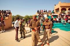 警察保留在拥挤体育场的命令 库存照片