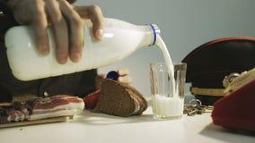 警察倾吐的牛奶的特写镜头到玻璃里 正餐 监狱 迟来的 股票视频