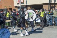 警察吹风笛者在圣帕特里克' s天游行波士顿,美国 免版税库存图片