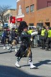 警察吹风笛者在圣帕特里克' s天游行波士顿,美国 免版税库存照片