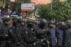 警察和安全部队在圣诞节和新年在城市独奏中爪哇省 免版税库存照片
