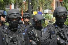 警察和安全部队在圣诞节和新年在城市独奏中爪哇省 图库摄影