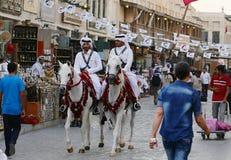 警察和旗布在多哈市场上 免版税库存图片
