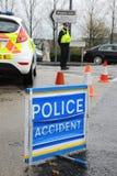 警察在一条繁忙的高速公路的事故场面 库存图片