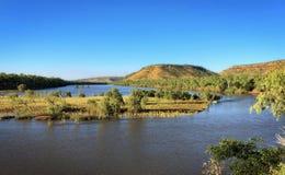 警察在北方领土供以人员普遍的barramundi fishingat维多利亚河的监视风景观点A的澳洲内地 免版税库存照片