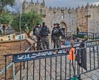 警察在大马士革Nachem门附近是当班对老cit 库存图片