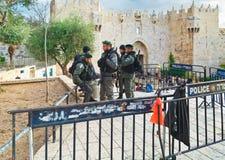 警察在大马士革Nachem门附近是当班对老cit 免版税库存照片