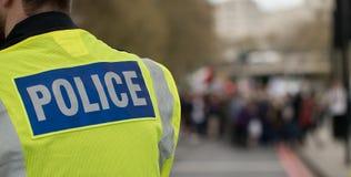 警察在夹克签字 免版税库存照片