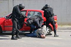 """警察在市索非亚保留被扣留的罪犯,保加利亚†""""9月, 11,2007 犯罪场面 罪犯 可疑的程序包 库存照片"""