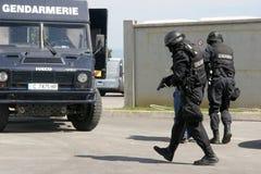 """警察在市索非亚保留被扣留的罪犯,保加利亚†""""9月, 11,2007 犯罪场面 罪犯 可疑的程序包 免版税库存照片"""