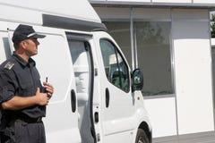 """警察在市索非亚保留被扣留的罪犯,保加利亚†""""9月, 11,2007 犯罪场面 罪犯 可疑的程序包 免版税库存图片"""