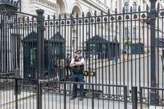 警察守卫唐宁街10,伦敦门  免版税图库摄影