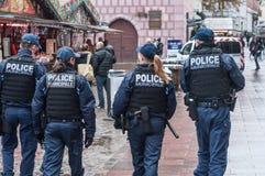 警察巡逻在圣诞节市场上 库存照片