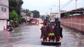 警察巡逻在搬运车的街道帮助交付的人口洪水 影视素材