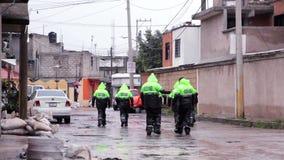 警察巡逻街道帮助交付的人口洪水 影视素材