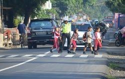 警察帮助孩子 图库摄影