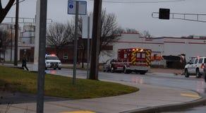 警察徒步有光的F救护车和警察卡车 库存照片