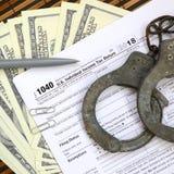 警察手铐在报税表说谎1040 概念的proble 库存照片