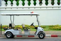 警察打高尔夫球在街道上的儿童车 免版税库存图片