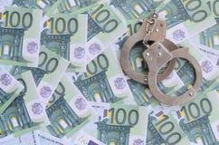 警察把在一套的谎言扣上手铐绿色金钱衡量单位o 图库摄影