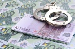 警察把在一套的谎言扣上手铐绿色金钱衡量单位o 免版税库存照片