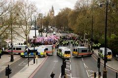 警察护送抗议游行-伦敦 库存图片