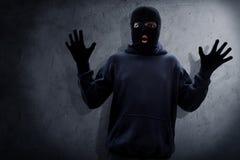 警察拘捕的被掩没的窃贼 免版税图库摄影
