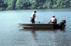 警察搜寻一个湖淹没的受害者在绿色地带Lakef 免版税库存照片