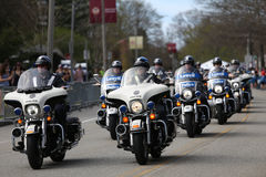 警察摩托车巡逻路线,几乎30000个赛跑者参加了2017年4月17日的波士顿马拉松在波士顿 库存图片