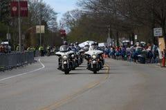 警察摩托车巡逻路线,几乎30000个赛跑者参加了2017年4月17日的波士顿马拉松在波士顿 免版税库存图片