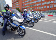 警察摩托车骑士汽车队由自行车游行伴随 免版税库存图片