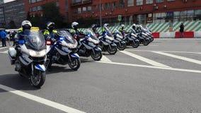 警察摩托车骑士汽车队由自行车游行伴随 股票录像