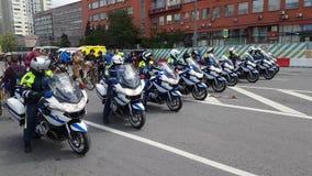 警察摩托车骑士汽车队由自行车游行伴随 影视素材