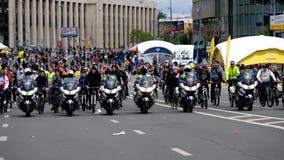 警察摩托车骑士汽车队由自行车游行伴随 股票视频