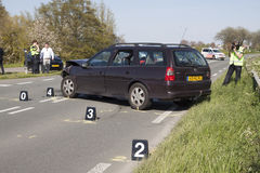 警察是在与两辆汽车的一次事故, s以后调查 免版税库存图片