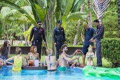 警察来检查一栋私有别墅的命令在满月党面前 海岛酸值Phangan,泰国 免版税库存图片