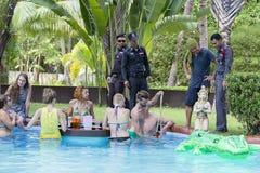 警察来检查一栋私有别墅的命令在满月党面前 海岛酸值Phangan,泰国 库存图片