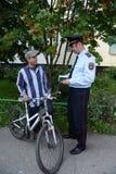 警察检查在莫斯科街道上的本文  免版税库存照片